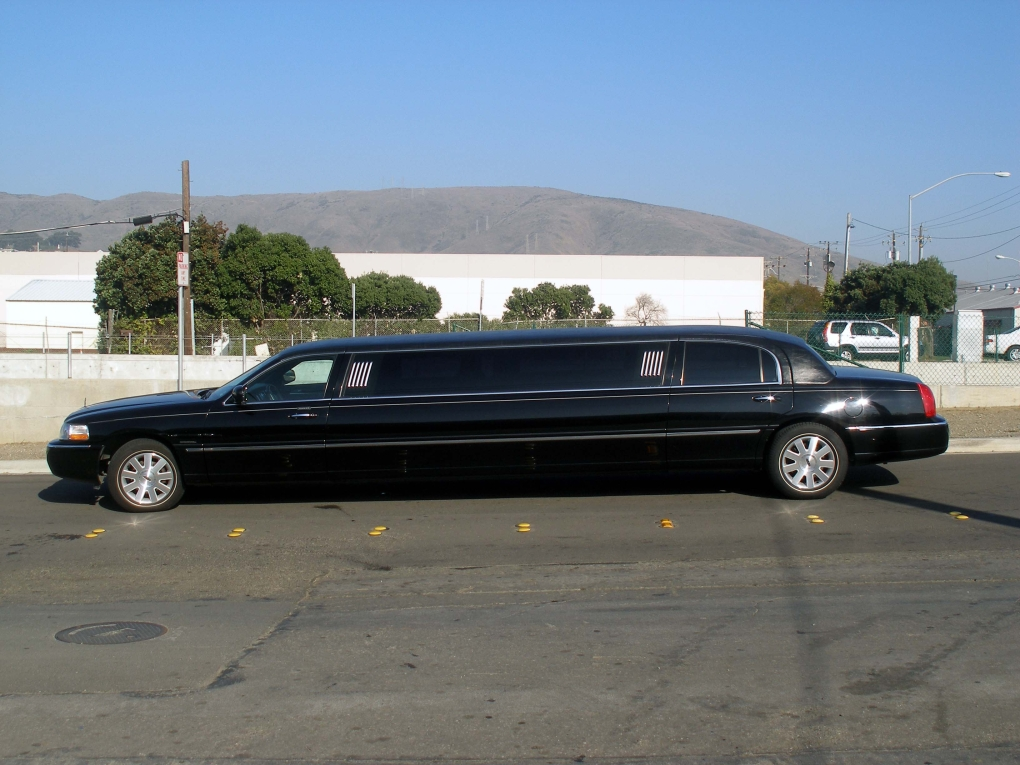 Limo: 10 Passenger Stretch Lincoln Limo